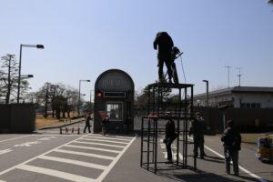 百里基地正門前のロケ風景
